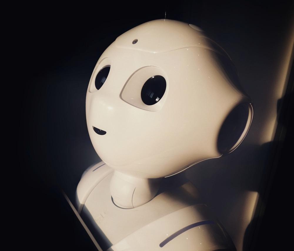 Робот якобы управляемый искусственным интеллектом
