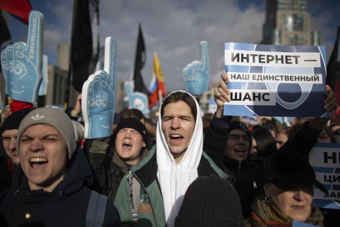 Фото с митингов в защиту свободы интернета
