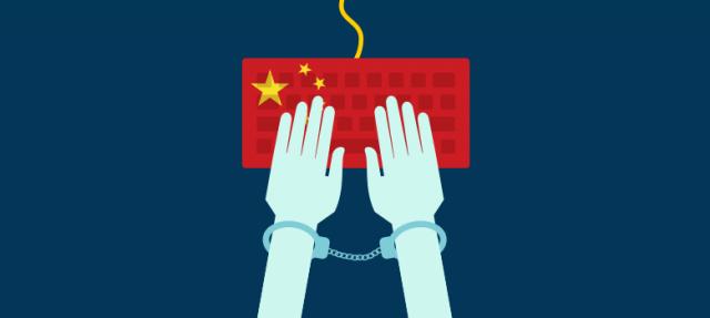 Руки в наручниках печатают на китайской клавиатуре